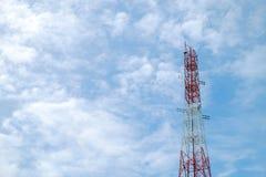Torre rossa e bianca del ripetitore dell'antenna di colore su cielo blu immagine stock libera da diritti