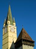 Torre sajona con un nextt más pequeño de la torre a él en medios, Rumania fotografía de archivo libre de regalías