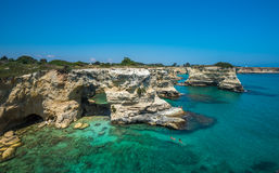 Torre Sant'Andrea, stenig strand i Puglia, Italien Arkivbilder