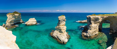 Torre Sant安德里亚峭壁, Salento半岛,普利亚地区,在意大利南部 免版税图库摄影