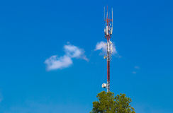 Torre scarna di telecomunicazione contro cielo blu profondo e la f bianca Immagini Stock Libere da Diritti
