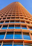 Torre Sevilla del nivel del suelo y con el cielo azul imagen de archivo