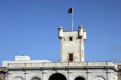 Torre sobre la puerta de la tierra en Cádiz Paredes externas que separan el viejo cuarto y la zona moderna de la ciudad Fotos de archivo