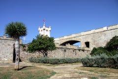 Torre sobre la puerta de la tierra en Cádiz Paredes externas que separan el viejo cuarto y la zona moderna de la ciudad Foto de archivo libre de regalías