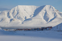 Torre sobre Longyearbyen, Spitsbergen (Svalbard) de las montañas Norwa Foto de archivo
