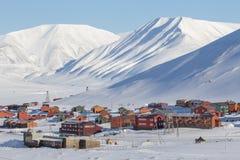Torre sobre Longyearbyen, Spitsbergen (Svalbard) de las montañas Norwa Fotos de archivo libres de regalías