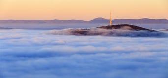 Torre sobre a névoa em Canberra Foto de Stock Royalty Free