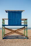 Torre sola de madera del salvavidas en la playa en Colombia Foto de archivo