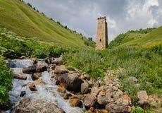 Torre sola vieja en las montañas de Georgia - del Cáucaso Imagenes de archivo