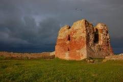 Torre soleada de la ruina bajo los cielos oscuros Imágenes de archivo libres de regalías