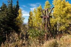 Torre storica dell'ascensore di sci in mezzo delle foglie di autunno Fotografia Stock Libera da Diritti