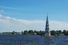 Torre Sunken na cidade de Kalyazin Fotografia de Stock Royalty Free