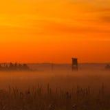 Torre típica dos caçadores no prado fotografia de stock