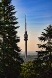 A torre, a telecomunicação e a observação de Avala fotografia de stock
