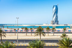 Torre unida bajo construcción en la ciudad de Manama Foto de archivo libre de regalías