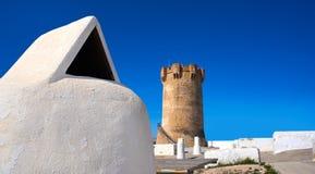 Torre Valencia de Paterna y chimeneas de las casas de la cueva imagenes de archivo