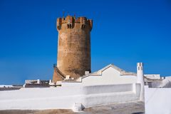 Torre Valencia de Paterna y chimeneas de las casas de la cueva foto de archivo libre de regalías