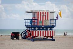 Torre variopinta del bagnino alla spiaggia del sud fotografie stock libere da diritti
