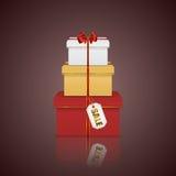 Torre variopinta della pila dei contenitori di regalo con il nastro, l'arco e l'etichetta rossi Immagini Stock