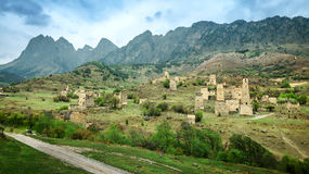 Torre velha da defesa de ingushetia na montanha de Cáucaso, Rússia Foto de Stock Royalty Free