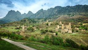 Torre velha da defesa de ingushetia na montanha de Cáucaso, Rússia Fotos de Stock Royalty Free