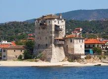 Torre velha no porto da cidade de Ouranoupolis (Grécia) - porta de Monte Athos Foto de Stock