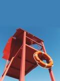 Torre vermelha do salvamento com uma corda de salvamento contra o céu azul Imagens de Stock Royalty Free
