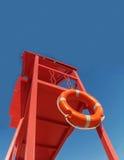 Torre vermelha do salvamento com uma corda de salvamento contra o céu azul Fotografia de Stock Royalty Free