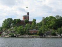 Torre vieja con la bandera sueca Fotos de archivo
