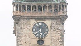 Torre vieja de ayuntamiento del timelapse de Praga con el cierre astronómico de Orloj del reloj encima de la visión, República Ch almacen de video