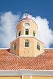 Torre vieja de la azotea del reloj con la paleta de viento del pollo fotografía de archivo