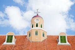 Torre vieja de la azotea del reloj y dos dormers fotos de archivo