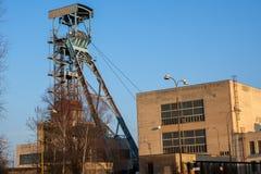 Torre vieja de la explotación minera el día soleado Imagenes de archivo