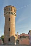 Torre vieja del abastecimiento de agua en la isla de Burano, Italia Imágenes de archivo libres de regalías
