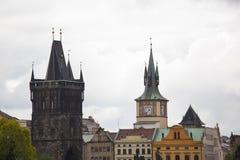 Torre vieja del puente de la ciudad imagenes de archivo