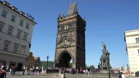 Torre vieja del puente de la ciudad en Praga metrajes