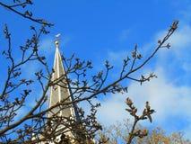 Torre vieja en el cielo azul Foto de archivo