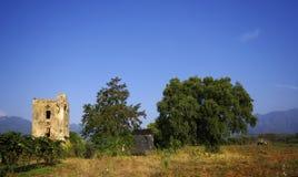 Torre vieja y ruinas en las tierras de labrantío de Córcega Foto de archivo