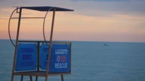 Torre vuota del bagnino sulla spiaggia, sicurezza su acqua, stagione bassa al centro balneare stock footage