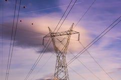 Torre y alambres de la corriente eléctrica Imagenes de archivo