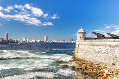 Torre y cañones del castillo del EL Morro con el skyl de La Habana foto de archivo
