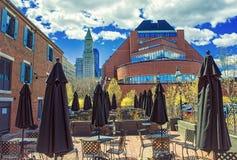 Torre y café de aduanas con el paraguas en el muelle largo Imágenes de archivo libres de regalías