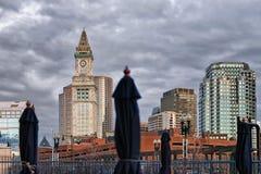Torre y café de aduanas con los paraguas Boston Imagen de archivo libre de regalías