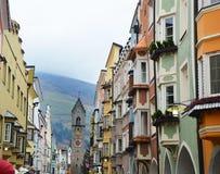 Torre y casas coloreadas medievales, Italia de Vipiteno Fotografía de archivo