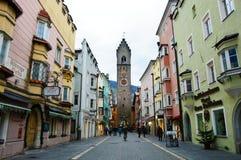 Torre y casas coloreadas medievales, Italia de Vipiteno Foto de archivo