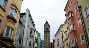 Torre y casas coloreadas medievales, Italia de Vipiteno Imagen de archivo