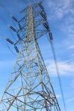 Torre y cielo de alto voltaje Foto de archivo libre de regalías