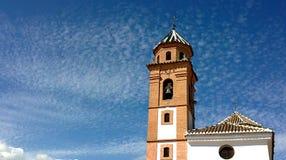 torre y cielo de iglesia con nimbo Fotos de archivo