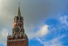 Torre y cielo de Spasskaya fotografía de archivo