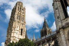 Torre y fachada de la catedral de Notre Dame en Ruán Foto de archivo libre de regalías